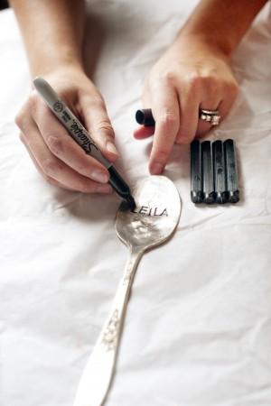 DIY marque place avec cuillère gravée