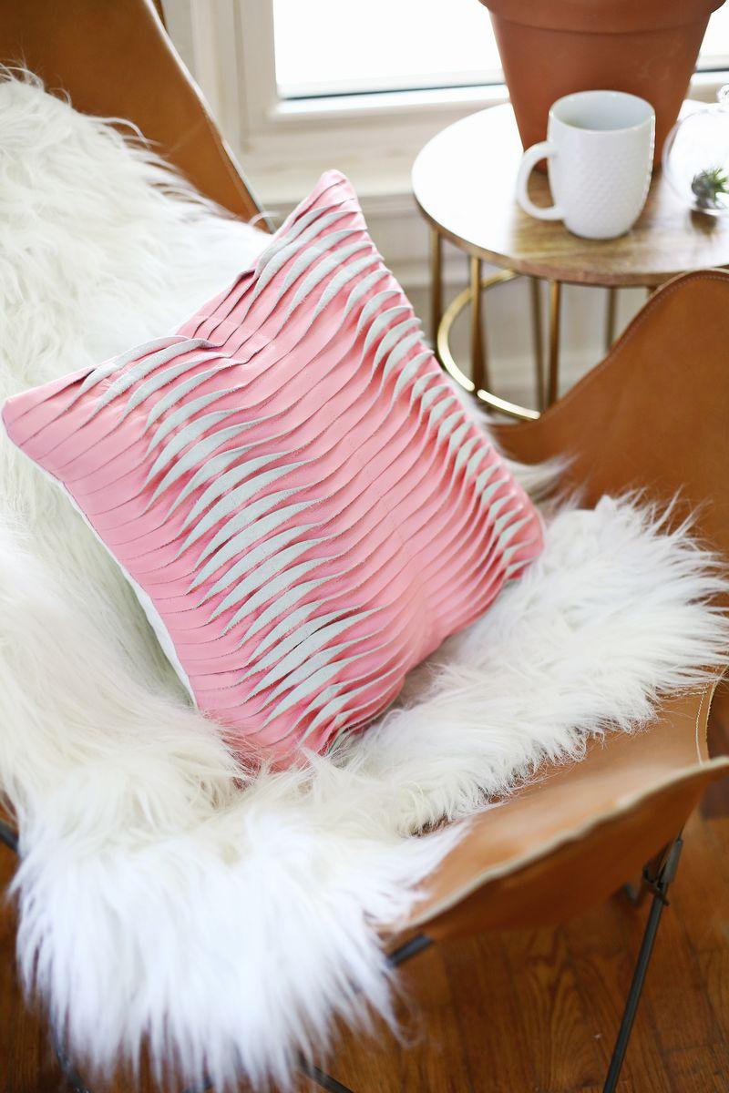 diy comment r aliser un coussin en cuir tr s sophistiqu. Black Bedroom Furniture Sets. Home Design Ideas