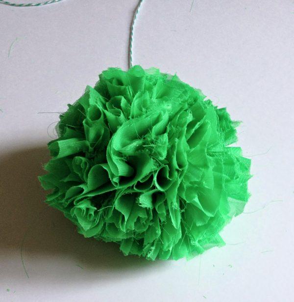diy comment fabriquer un pompon en tissu le meilleur du diy. Black Bedroom Furniture Sets. Home Design Ideas
