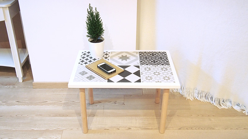 Diy table d cor e de carreaux de ciment le meilleur du diy for Comment realiser une table de jardin en mosaique