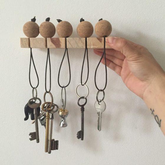 Apprenez à fabriquer un porte-clés en liège et bois