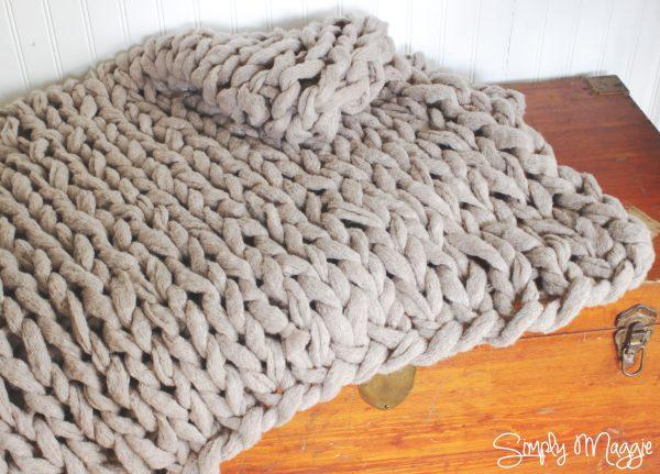 Diy comment tricoter une couverture en 45 mn avec vos bras le meilleur du diy - Tricot avec les bras couverture ...
