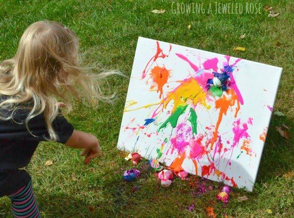 DIY Toile peinte par une petite fille qui s'éclate