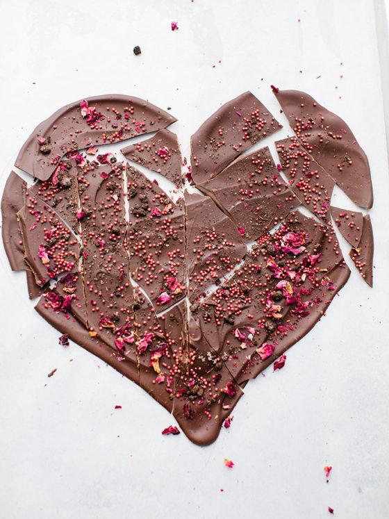 DIY La recette pour réaliser un coeur en chocolat facile à réaliser. Un cadeau idéal do it yourself pour la Saint Valentin, la fête des mères, la fête des pères, la fête des grand-mères ou la fête des grand-pères