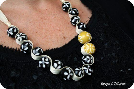 Collier fait maison avec un ruban et des perles